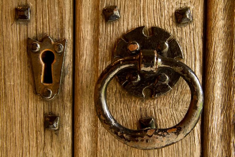 Красивая дверь из дерева. Фото