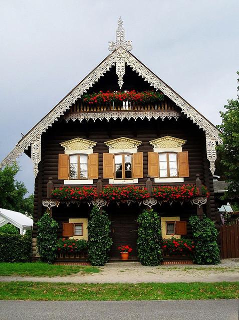Бревенчатый загородный дом. Фото