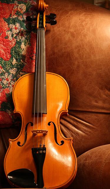 Изделия из дерева. Скрипка. Фото