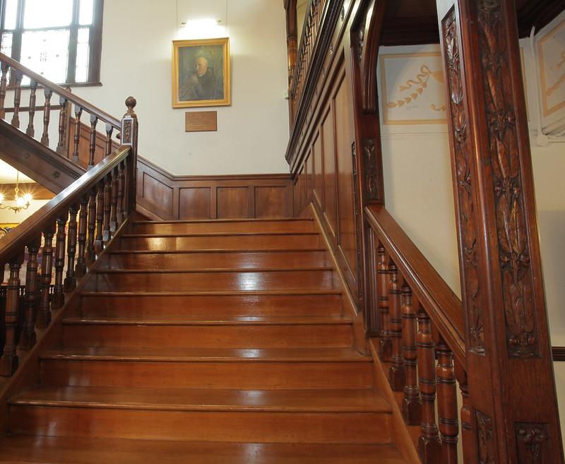 Красивая деревянная лестница. Фото